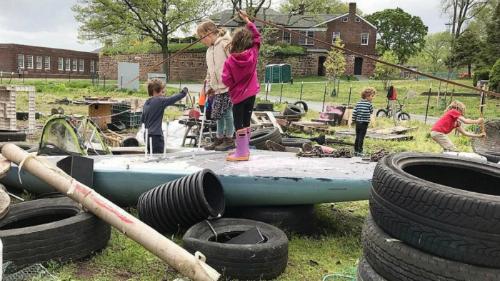 Sân chơi như một bãi phế liệu được trẻ em vô cùng thích thú ở đảo Governors ở New York. Ảnh: CBS News.
