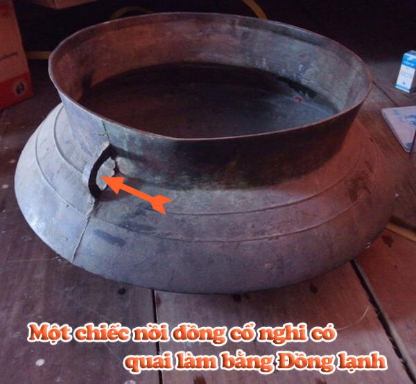 Một chiếc nồi đồng cổ nghi có quai làm bằng Đồng lạnh