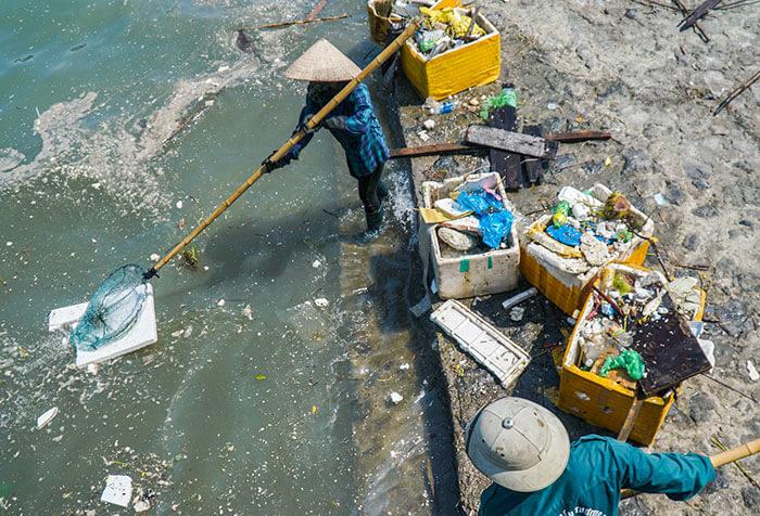 Tích cực thu gom rác thải nhựa để góp phần bảo vệ môi trường. Nhưng tốt nhất là đừng xả rác thải bừa bãi thì sẽ không phải tốn công dọn